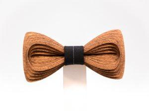 SÖÖR Antero neckwear in mahogany with black fabric. A unique wooden bowtie for men by Hermandia.