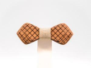 Jr. SÖÖR Denis neckwear in mahogany with beige fabric. A unique wooden bowtie